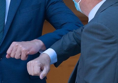 OMS aconseja no saludar con el codo. https://laprensa.com.ec