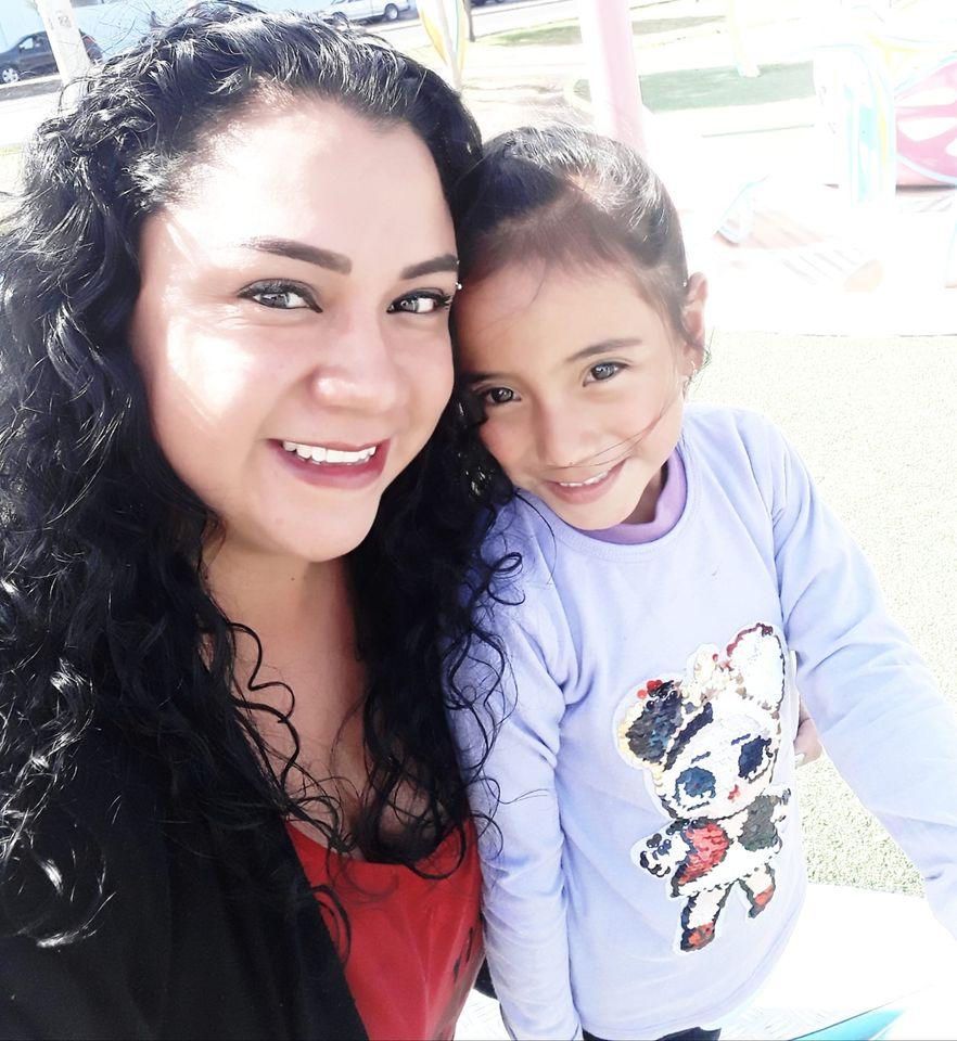 Vacunas: Jaqueline Robalino junto a su tierna hijita, quien goza de una buena salud luego de cumplir con toda la primera fase de la vacunación. Ella recomienda seguir el proceso.