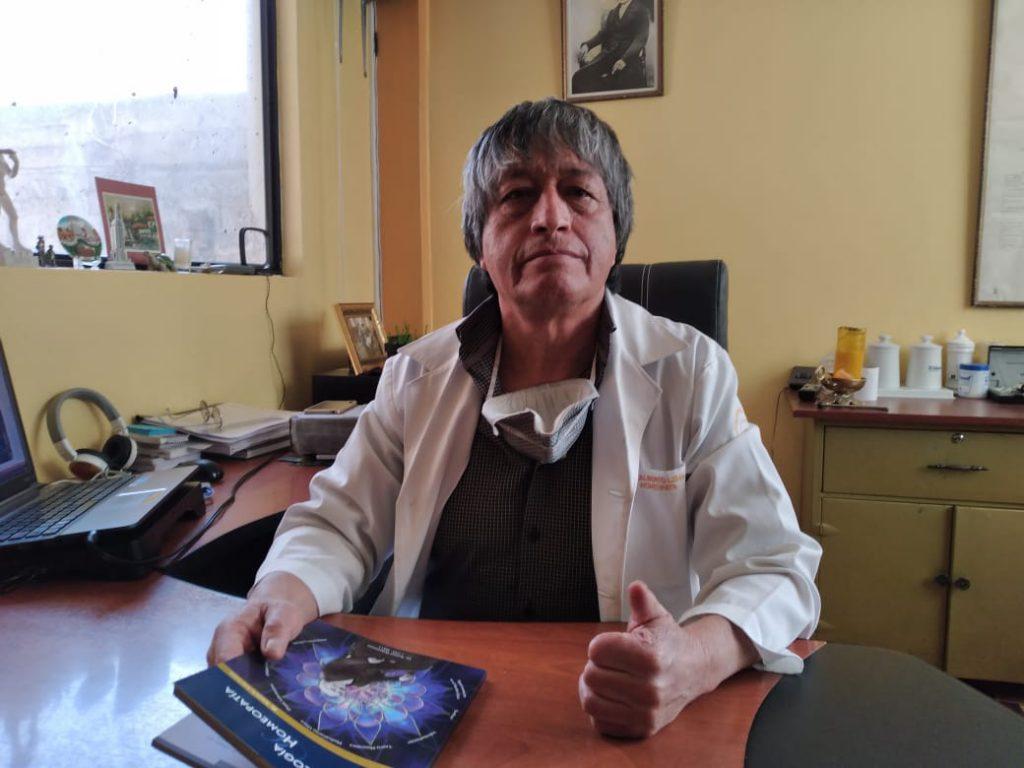 Alberto lema, homeópata local que es contrario a la utilización de vacunas.