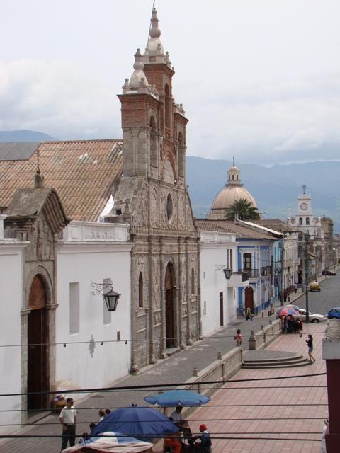 En primera instancia, templo de Santa Bárbara, después se aprecia la Catedral. La cúpula en el fondo es la Basílica del Sagrado Corazón de Jesús.