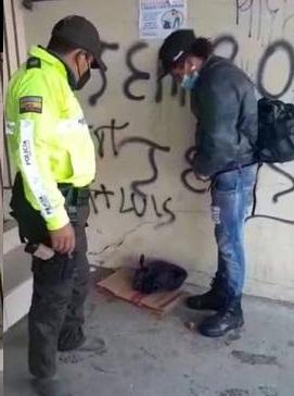 Policía regala sus zapatos a migrante